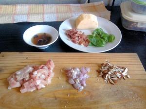 Hongos rehidratados, parmesano, jamón, albahaca, pollo, chalota, almendras
