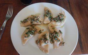 Raviolones de ricota, queso azul y apio con salsa de nueces